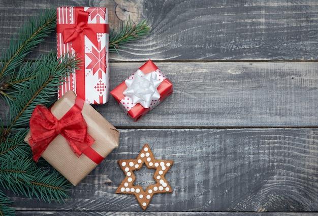 Pequeño regalo de navidad en invierno.