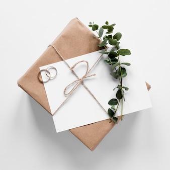 Pequeño regalo con tarjeta de boda