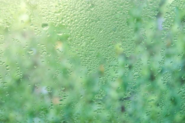 Pequeño rocío hacia fuera del lado de la ventana por la mañana cerca de fondo.