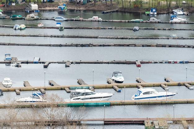 Pequeño yate marino en kiev un sombrío día de primavera.