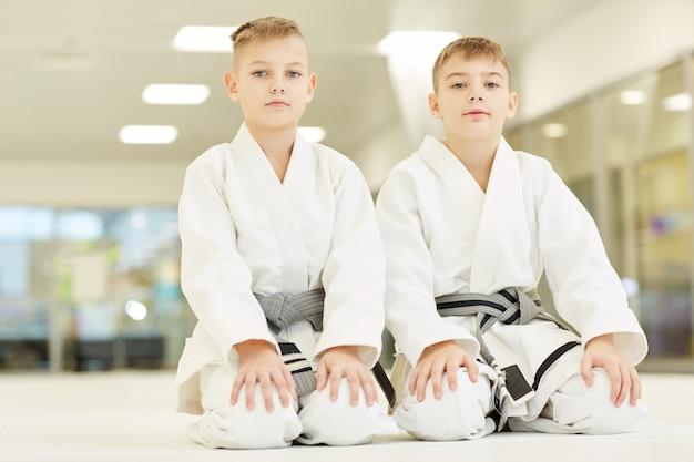 Pequeños atletas haciendo karate