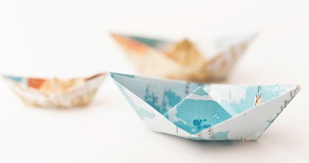 Pequeños barcos de papel borrosos de ángulo alto
