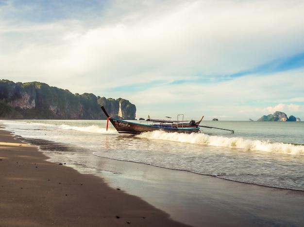 Pequeños barcos de pesca en kabi, tailandia.