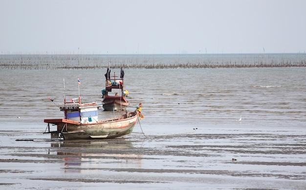 Pequeños barcos de pesca en la orilla del mar.