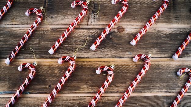 Pequeños bastones de caramelo en mesa de madera