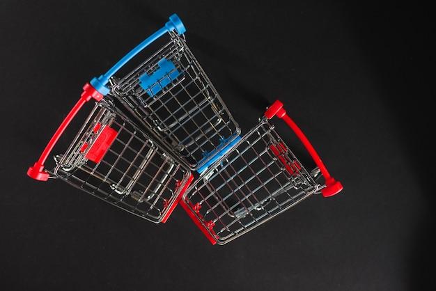 Pequeños carritos de compras vacíos.