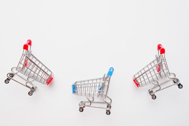 Pequeños carritos de supermercado de juguete.
