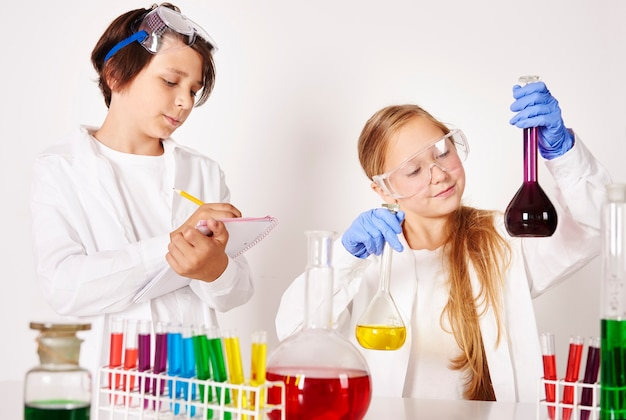 Pequeños científicos que trabajan en laboratorio.