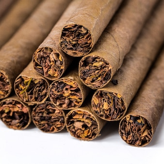 Los pequeños cigarillos en blanco