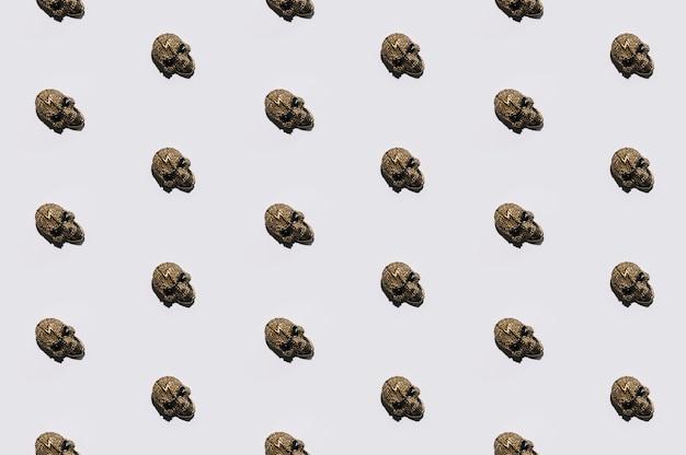 Pequeños cráneos de joyería puestos en orden