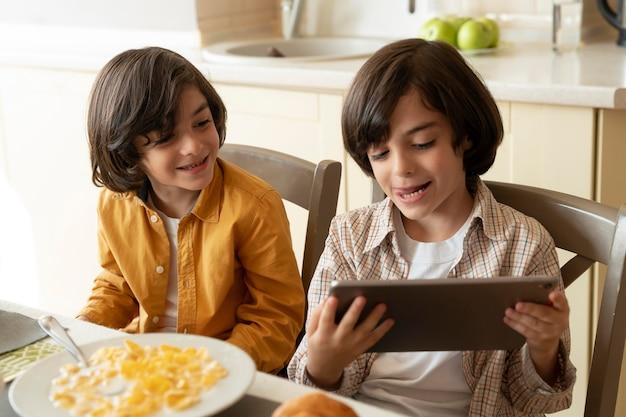 Pequeños gemelos jugando en su tableta