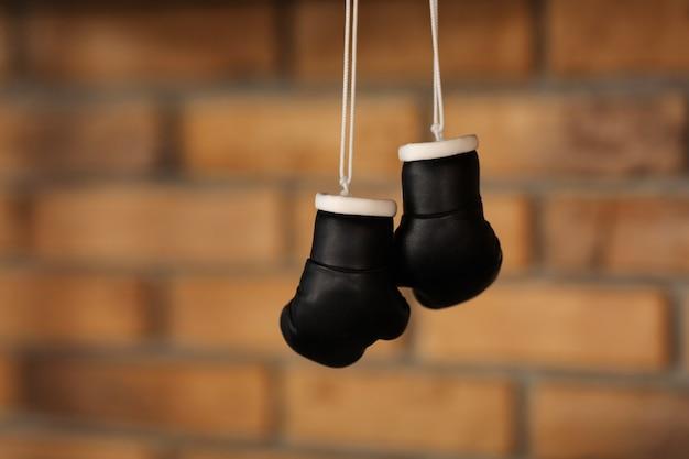 Pequeños guantes de boxeo negros decorativos.