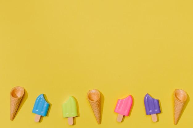 Pequeños helados en superficie amarilla