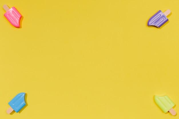 Pequeños helados de verano sobre superficie amarilla