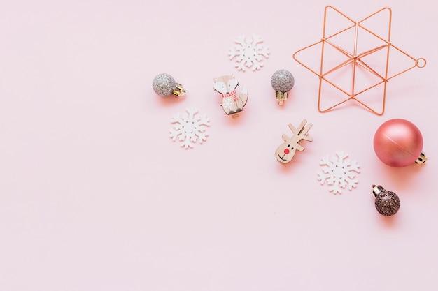 Pequeños juguetes navideños en mesa.