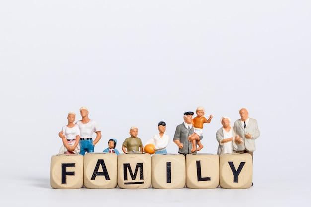 Pequeños muñecos en la palabra familia hechos con bloques de madera