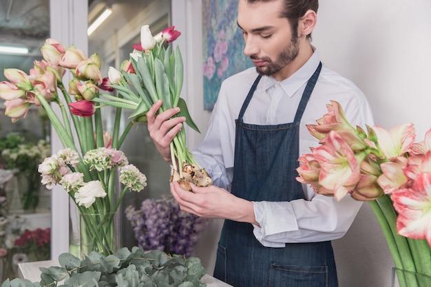 Pequeños negocios. floristería masculina en floristería. haciendo decoraciones y arreglos
