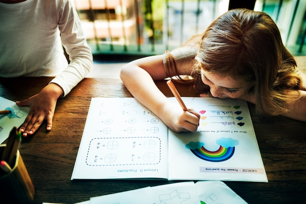 Pequeños niños en edad preescolar que escriben el concepto de la actividad