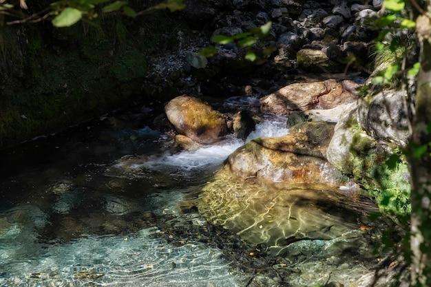 Pequeños rápidos en el val vertova torrent lombardía cerca de bérgamo en italia