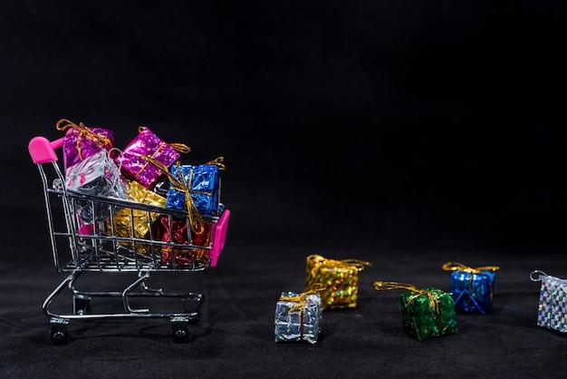 Pequeños regalos en carrito