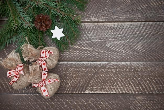 Pequeños regalos de navidad en la mesa rústica