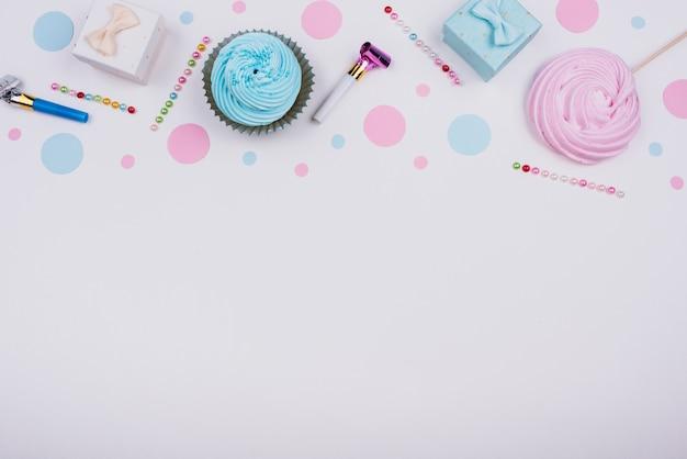 Pequeños regalos y pastelitos en la mesa