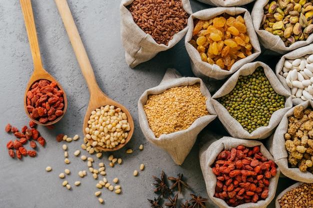 Pequeños sacos con varios frutos secos y cereales envasados.