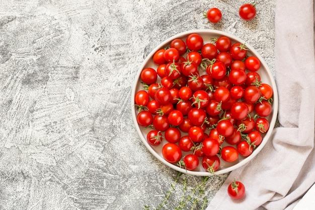 Pequeños tomates cherry (ciliegini, pachino, cóctel). grupo de tomates cherry