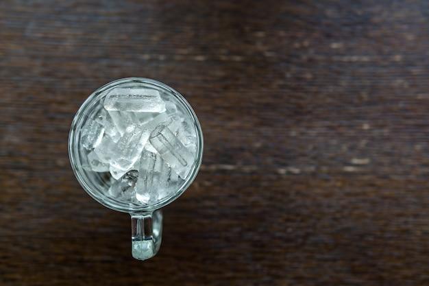 Pequeños trozos de hielo que se encuentran en un vaso de agua.