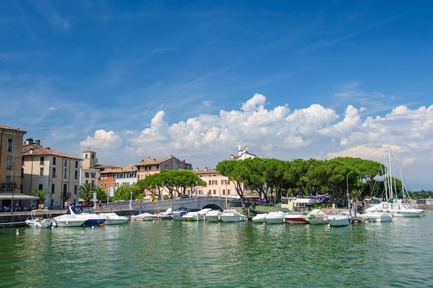 Pequeños yates en el puerto de desenzano, lago de garda, italia