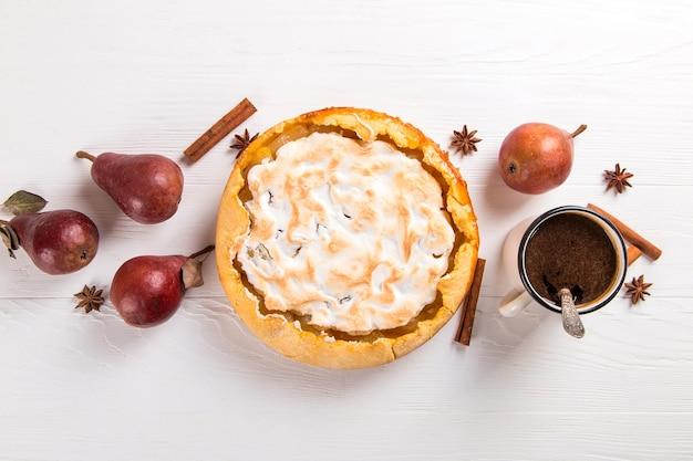 Pera delicioso pastel y café, repostería casera con canela, postre dulce para el desayuno. copie el espacio.