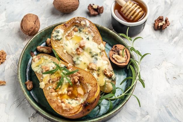 Peras al horno con dorblu, gorgonzola, queso roquefort, miel y nueces. grasas saludables, alimentación sana para bajar de peso