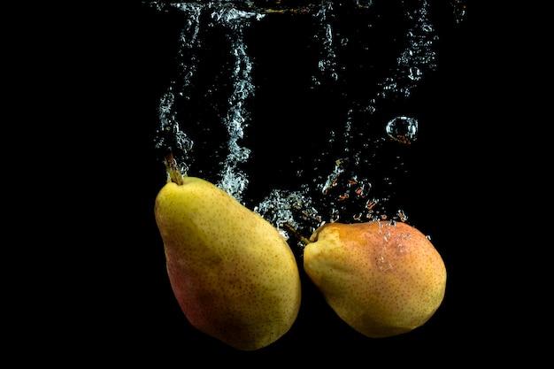 Peras frescas en el agua