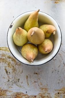 Peras frescas en un tazón