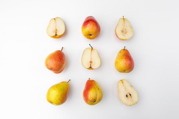 Peras rojas y amarillas maduras