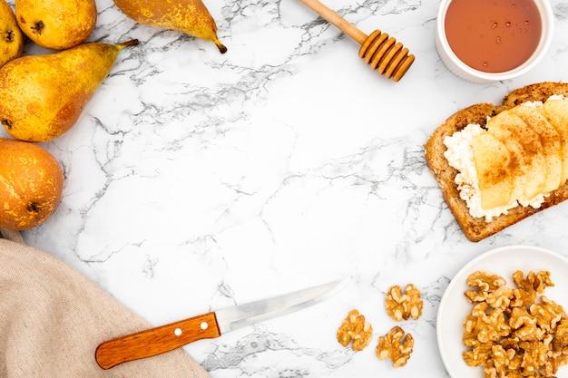 Peras con tostadas y nueces