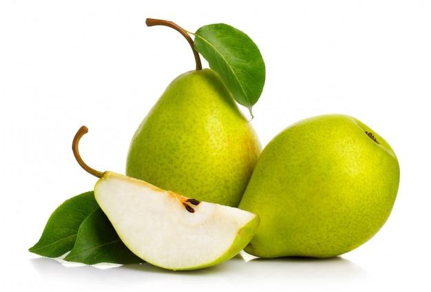 Peras verdes maduras aisladas con hojas aisladas
