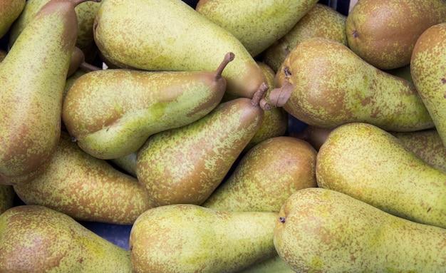 Peras verdes en un mercado de cerca