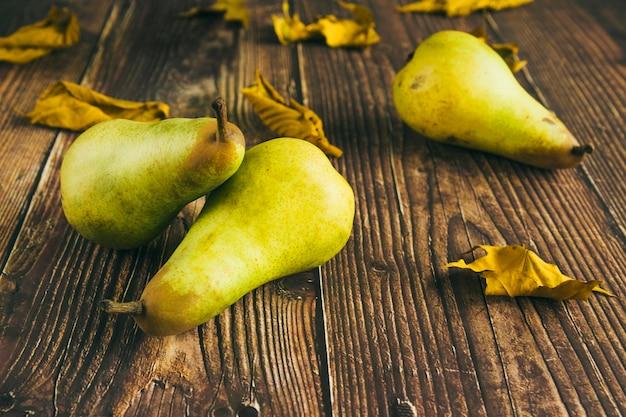 Peras verdes en mesa de madera