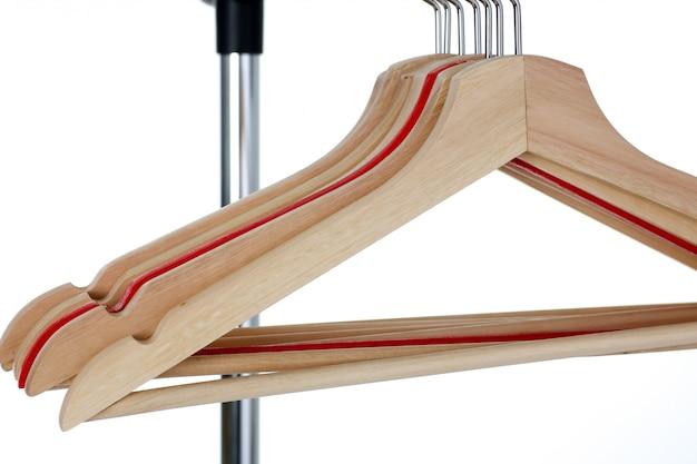 Percha roja y de madera colgada en metal