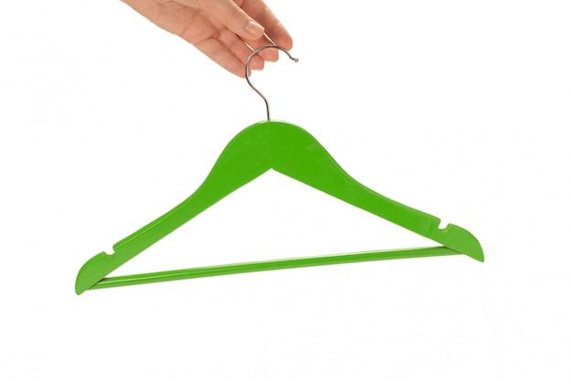 Percha verde en mano de mujer aislado en blanco