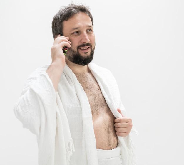 Peregrino masculino musulmán con teléfono móvil