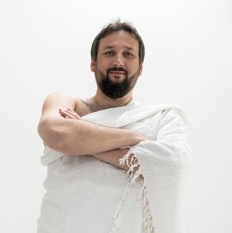 Peregrino musulmán con ropa de hajj.