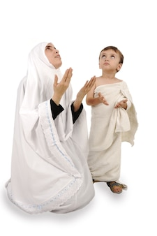 Peregrino musulmán en ropas tradicionales blancas