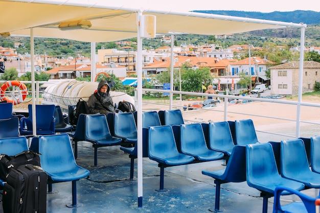 Peregrinos toman un ferry a la montaña sagrada athos