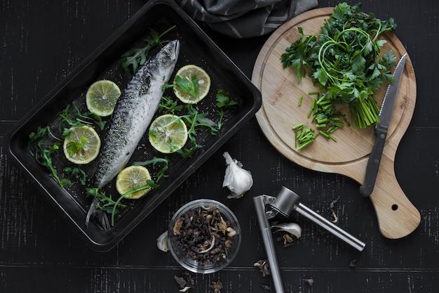 Perejil y especias cerca de pescado crudo