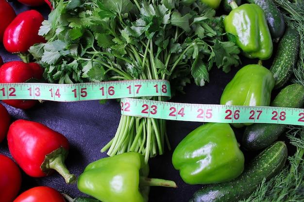 Perejil orgánico fresco, tomates, pimientos rojos, pimientos verdes, hinojo, eneldo y pepino con vista superior centímetro verde, concepto de dieta