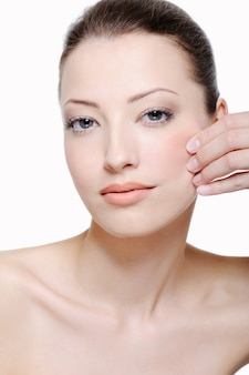 Perfección de la belleza del rostro femenino aislado en blanco