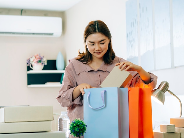 Perfeccionar el concepto de vendedor en línea de negocios, mujeres asiáticas con su vendedor en línea de trabajo independiente.