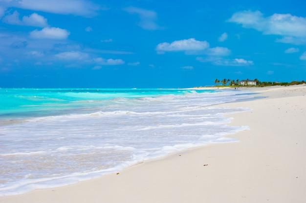 Perfecta playa blanca con aguas turquesas en la isla caribeña